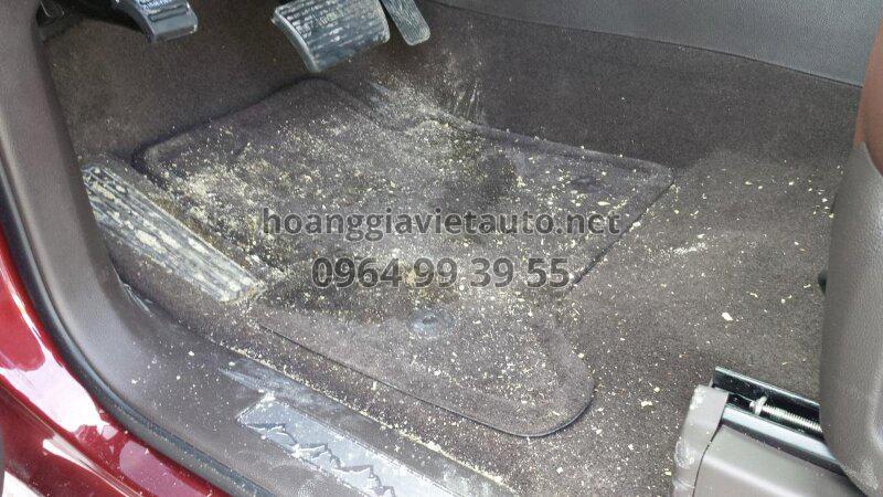 Thảm nỉ lót sàn ô tô dễ bị bám bẩn và có mùi